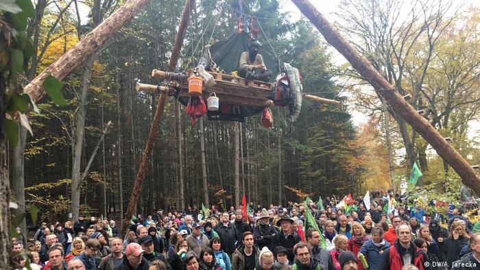 Акция протеста в Хамбахском лесу против вырубки деревьев