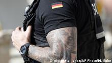 Polizisten mit Tätowierung in Deutschland