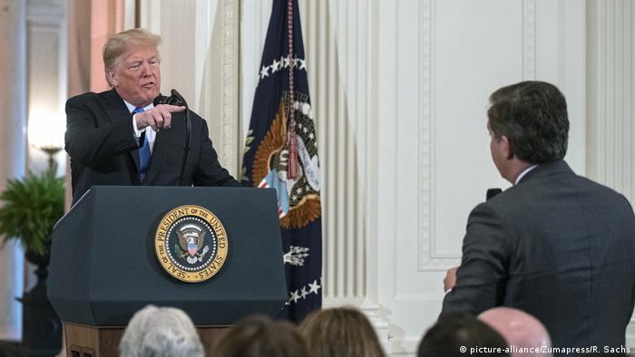 Donald Trump responde a pergunta do correspondente da CNN Jim Acosta