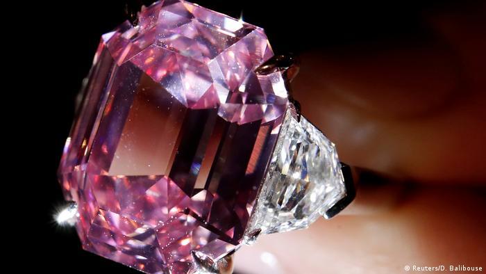 Schweiz, Genf: The Pink Legacy Diamant im Auktionshaus von Christie's