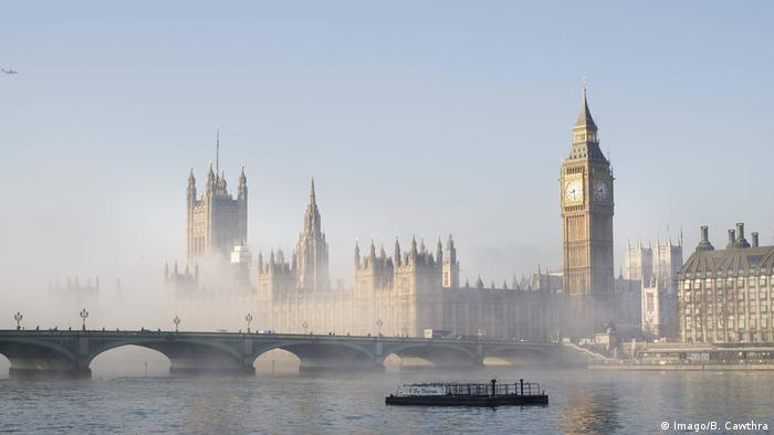 The Houses of Parliament and Westminster Bridge shrouded in fog (Imago/B. Cawthra)