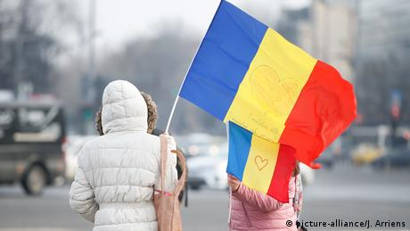 Rumänien, Vitoriei: Demonstranten am Vicgtory Platz (picture-alliance/J. Arriens)