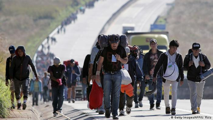 Migrants from Central American countries walk along a road towards the United States (Getty Images/AFP/U. Ruiz)