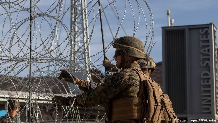 No es un sitio en guerra, sino solo el punto geográfico donde termina EE. UU. y comienza México, en San Diego, California. Esa gran ciudad en la frontera es a menudo un foco de atención debido al temor que tiene EE. UU. de que entren migrantes a través de ella. Por eso reforzaron la zona limítrofe con cientos de soldados y con cercos de alambre de púas.