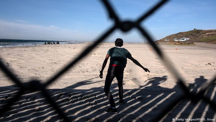 Uno de los migrantes ha logrado cruzar la frontera y llegar a EE. UU. Pero si podrá permanecer allí, está por verse. Si las autoridades de EE. UU. lo atrapasen, sería deportado de inmediato a México.