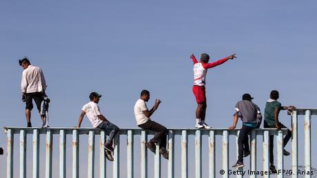 До кордону США прибули ще кількасот мігрантів з каравану