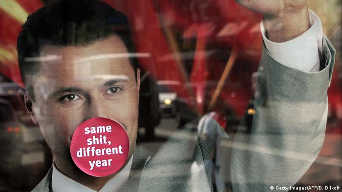 Mit einen Stocker Same shit, differnet year beklebtes Nikola-Guevski-Wahlplakat (2016)
