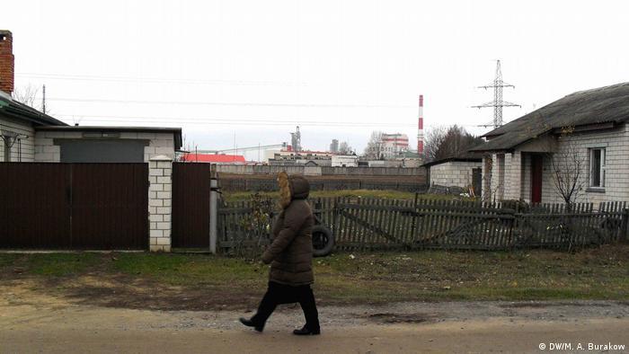 Поселок Якимова Слобода на фоне завода