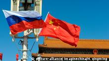 Russische und chinesische Flagge auf dem Platz des Himmlischen Friedens in Peking