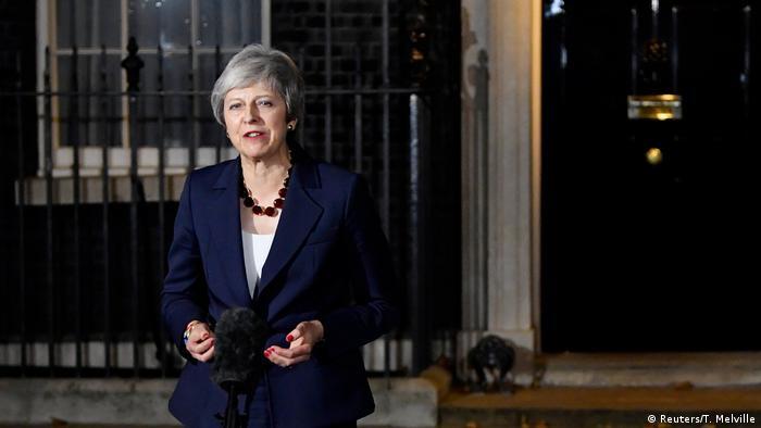 Die britische Premierministerin Theresa May gibt eine Erklärung vor der 10 Downing Street in London ab