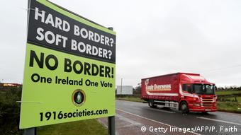 Щит на границе между Ирландией и Северной Ирландией с надписью Границе - нет