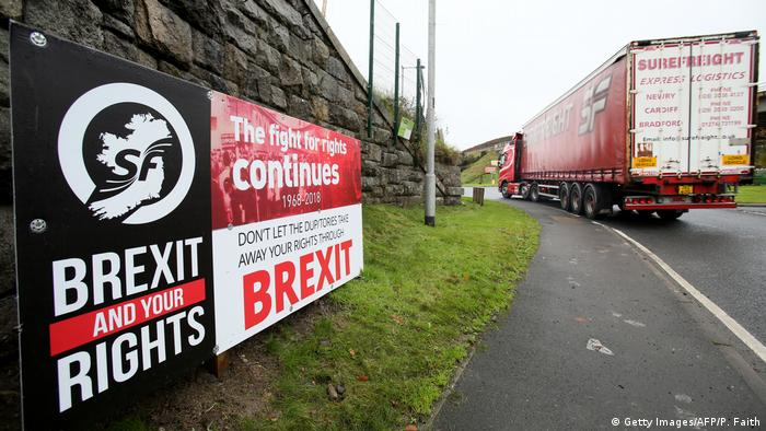 Signs against Brexit on the Irish border (Getty Images/AFP/P. Faith)