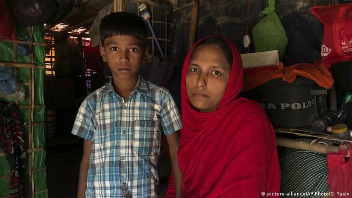 Bangladesch - Rohingya Zurückführung: Sitara Begum mit Sohn Mohammed Abbas (picture-alliance/AP Photo/D. Yasin)