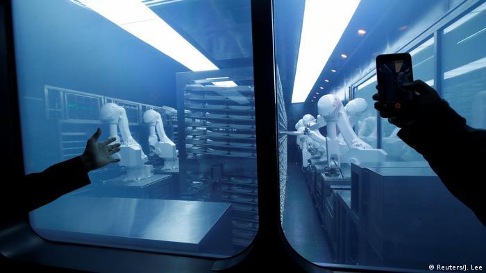 مطعم روبوت في بكين (الصورة: رويترز)