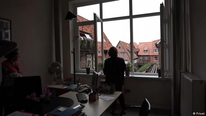 A person in a room looking out the window (Privat)