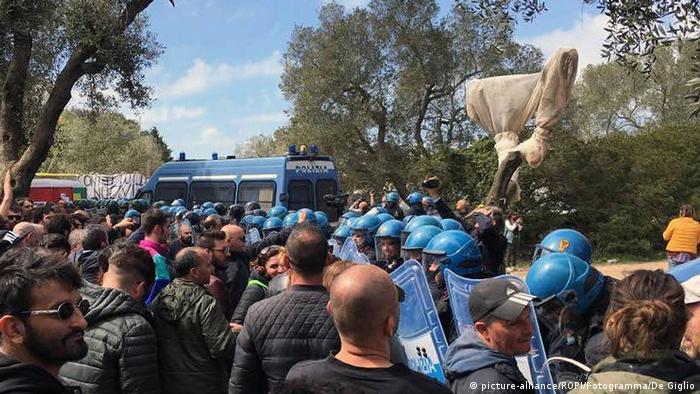 در ماه مارس ۲۰۱۷، پس از آنکه دولت ایتالیا اجازه ساخت خطوط لوله انتقال نفت و گاز را در دریای آدریاتیک صادر کرد، تظاهرات در پوگلیا در جنوب ایتالیا به درگیری با پلیس انجامید و چندین نفر زخمی شدند. معترضان میگفتند که این خط لوله اهداف اقلیمی اروپا را نابود میکند و تاثیراتی مخرب و ناعادلانه بر جوامعی به جا میگذارد که در مسیر آن قرار دارند.