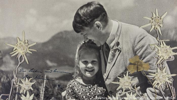 Foto em preto e branco mostra Bernhardine Rosa Nienau sendo abraçada por Adolf Hitler em 1933