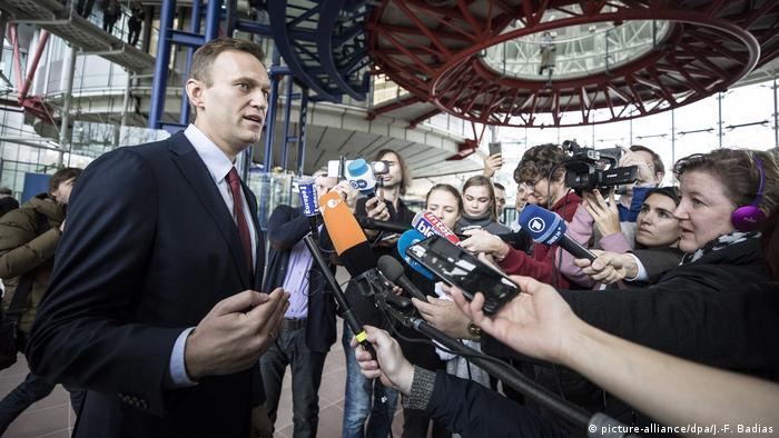Алексей Навальный в здании ЕСПЧ в Страсбурге отвечает на вопросы журналистов
