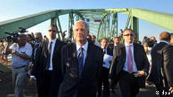 President Laszlo Solyom (C) walks back to Hungary on the bridge connecting Komarom, Hungary, and Komarno, Slovakia, after he was prohibited from entering Slovakia 21 August 2009. Solyom was about to pay a private visit to Slovakia to attend an unveiling ceremony of a statue of founder of the Hungarian state King Saint Stephen but Slovakian Prime Minister Robert Fico announced Solyom?s visit to Slovakia undesirable. EPA/SZILARD KOSZTICSAK +++(c) dpa - Report+++
