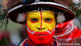 یکی از شرکتکنندگان در مراسم استقبال از شی جین پینگ در پاپوآ گینه نو