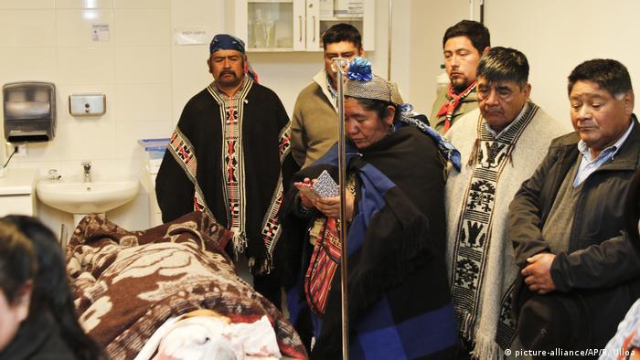 Familiares junto al cuerpo de Catrillanca, en el hospital de Ercilla.