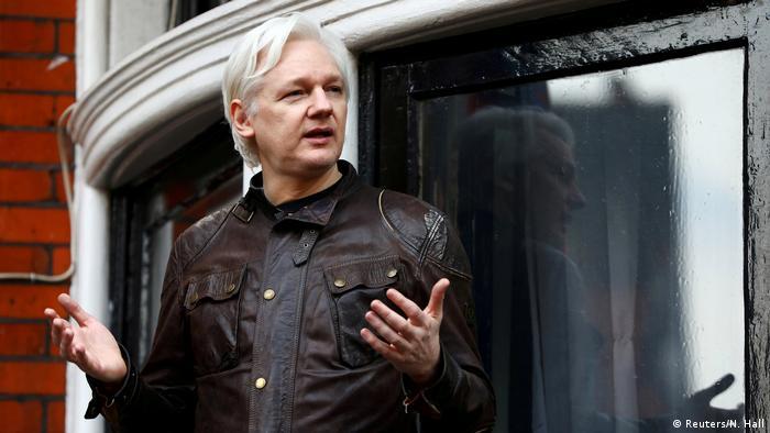 England, London: WikiLeaks Gründer Julian Assange auf dem Balkon der Botschaft Ecuador (Reuters/N. Hall)