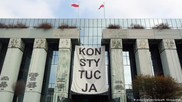 На здании Верховного суда в Варшаве в ноябре 2018 года был вывешен транспарант, напоминавший о необходимости соблюдать конституцию