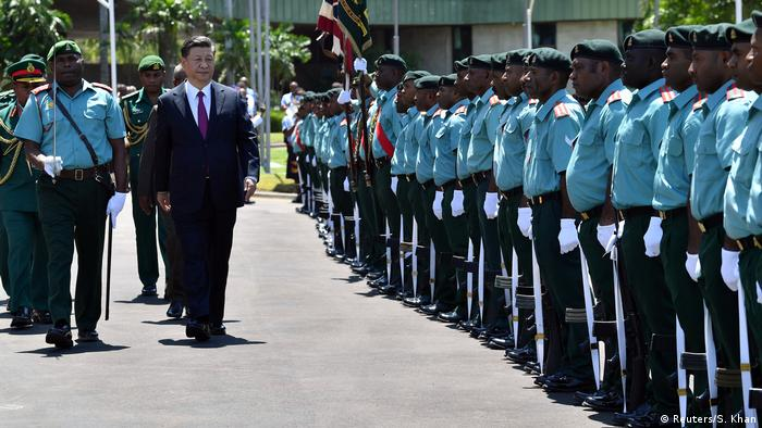 Xi Jinping inspects the guard of honor at Parliament House in Port Moresby