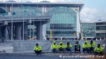 Radnici sjede ispred gradilišta na istanbulskoj zračnoj luci