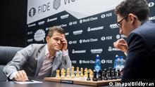 10.11.2018 *** 181110 Magnus Carlsen of Norway and Fabiano Caruana of USA during round 2 of The FIDE World Chess Championship 2018 on November 10, 2018 in London. Photo: Fredrik Varfjell / BILDBYRAN / kod FV / 150158 PUBLICATIONxNOTxINxDENxNORxSWExFINxAUT Copyright: FREDRIKxVARFJELL BB181110FV016