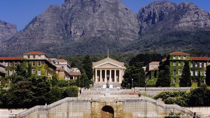Die Universität Kapstadt liegt vor dem Hintergrund des Tafelberges, der hoch hinter dem weißen Gebäude mit klassizistischer Fassade aufragt