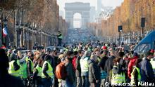 17.11.2018 *** People wearing yellow vests, a symbol of a French drivers' protest against higher fuel prices, gather on the Champs Elysees in Paris, France, November 17, 2018. REUTERS/Charles Platiau