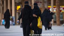Saudi-Arabien Frauen mit Abaja in Riad (picture-alliance/dpa/M. Kappeler)