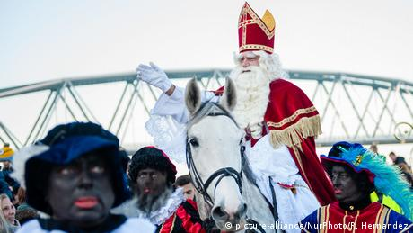 Santa Claus on his white horse Amerigo assisted by his loyal 'Black Petes' (picture-alliance/NurPhoto/R. Hernandez)