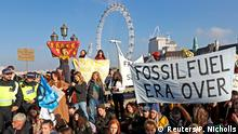 17.11.2018 *** Environmental campaigners from the direct action group Rebellion demonstrate on Westminster Bridge in central London, Britain, November 17, 2018. REUTERS/Peter Nicholls