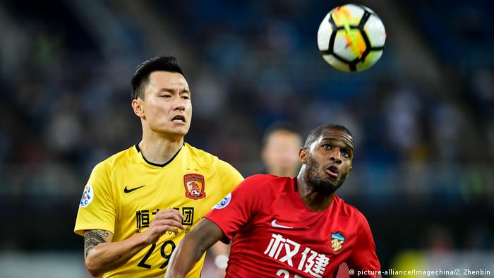 China Guangzhou Evergrande vs. Tianjin Quanjian | Taobao & Anthony Modeste (picture-alliance/Imagechina/Z. Zhenbin)