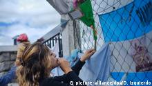 17.11.2018, Argentinien, Mar del Plata: Eine Frau befestigt eine Blume an einem Zaun vor dem Marinestützpunkt von Mar del Plata. Angehörige der 44 Besatzungsmitglieder des gesunkenen U-Boots «ARA San Juan» fordern Klarheit über die Ursache für das Unglück. Seit einem Jahr fehlte von der «ARA San Juan» jede Spur - jetzt hat eine Suchmannschaft das U-Boot der argentinischen Marine in den Tiefen des Südatlantiks entdeckt. Das Schiff sei von der privaten Firma Ocean Infinity rund 460 Kilometer von der Küste entfernt geortet worden, teilte die Marine mit. Foto: Diego Izquierdo/telam/dpa +++ dpa-Bildfunk +++ |