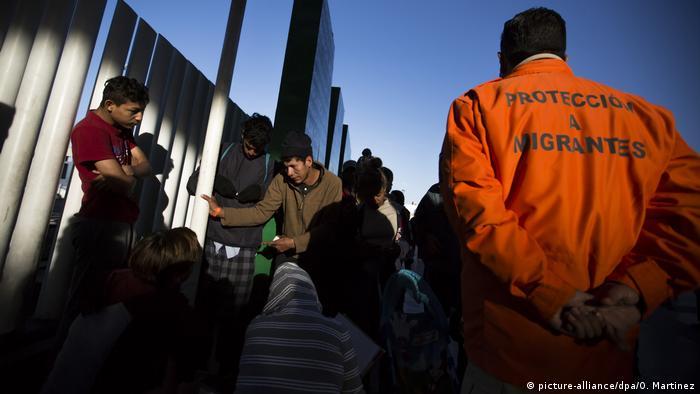 Mexiko Tijuana - Mittelamerikanische Migranten auf dem Weg in die USA (picture-alliance/dpa/O. Martinez)