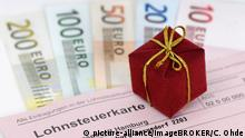 Lohnsteuerkarte, Geschenk und Geldscheine, Symbolfoto Steuergeschenk | Verwendung weltweit, Keine Weitergabe an Wiederverkäufer.