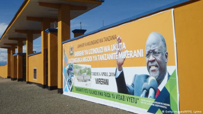 Tansania Banner mit John Magufuli, Präsident (Getty Images/AFP/J. Lyimo)
