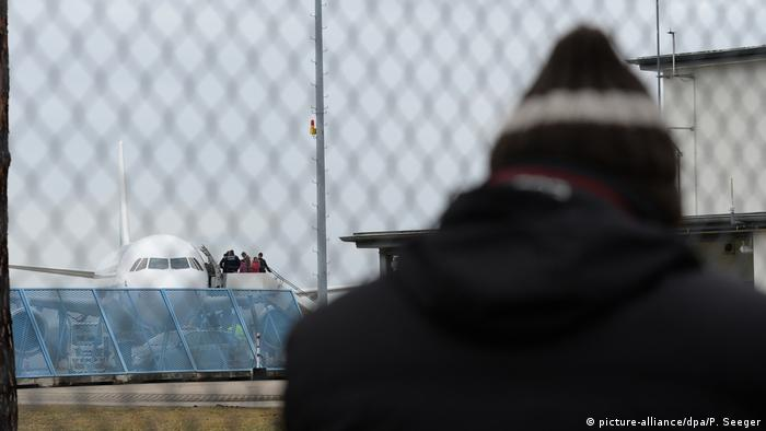 Asylum-seeker at airport (picture-alliance/dpa/P. Seeger)
