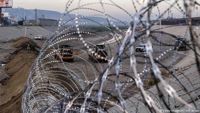 Arame farpado na fronteira México-EUA