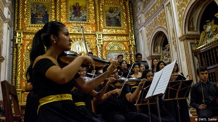 A youth orchestra playing in a church (DW/S. Derks)
