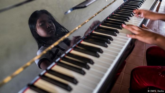 A girl playing the piano (DW/S. Derks)