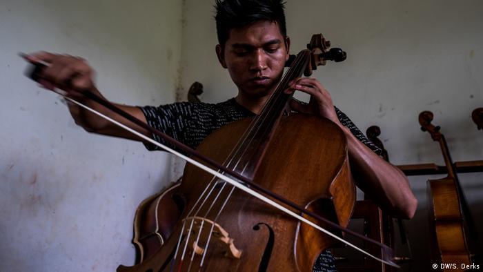A boy practicing the cello (DW/S. Derks)