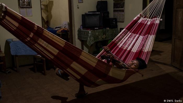 A boy resting in a hammock (DW/S. Derks)