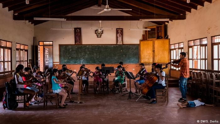 A youth orchestra in rehearsal in Bolivia (DW/S. Derks)