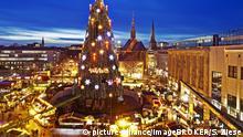 Weihnachtsbaum und Weihnachtsmarkt auf dem Hansa Platz, Dortmund, Nordrhein-Westfalen, Deutschland, Europa