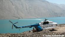 Hubschrauber mit Wissenschaftlern an Bord gelandet, Ufer des Gebirgssees Sarez, Tadschikistan. Datum unbekannt. Die Rechte gehören Galim Fashutdinow, werden uns freigegeben Eingestellt September 2009