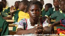 A Cameroonian schoolgirl sitting in a full classroom (picture-alliance/imageBROKER/H. Heine)